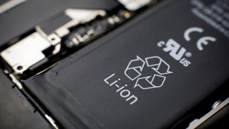 Batería de litio de celular AppleDerechos de autor de la imagenBLOOMBERG Image caption Las baterías de litio de los celulares son ligeras y poco costosas pero tienen más riesgo de sobrecalentamiento que las tradicionales.