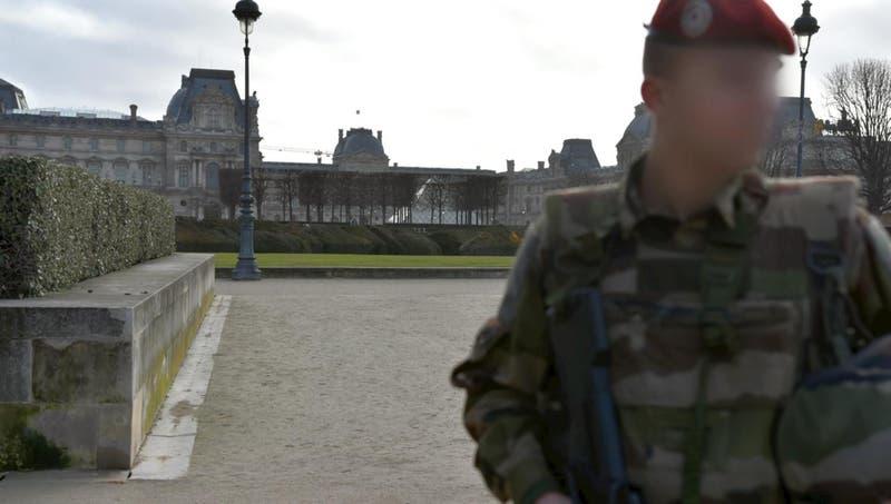 Soldado dispara a hombre con cuchillo en Museo del Louvre