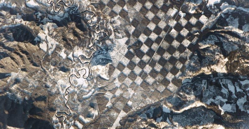 """La NASA fotografía un """"tablero de ajedrez"""" en la superficie de Tierra"""