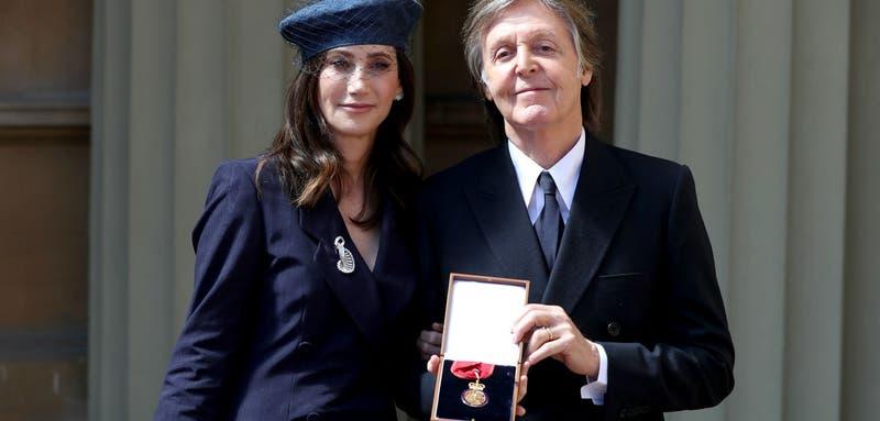 Paul McCartney (junto a su esposa en la imagen) fue condecorado este viernes