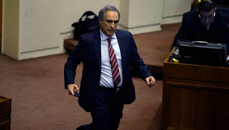 """Senador Chahuán pide disculpas a ministra Pérez tras decir que debían sacarla """"a patadas"""""""