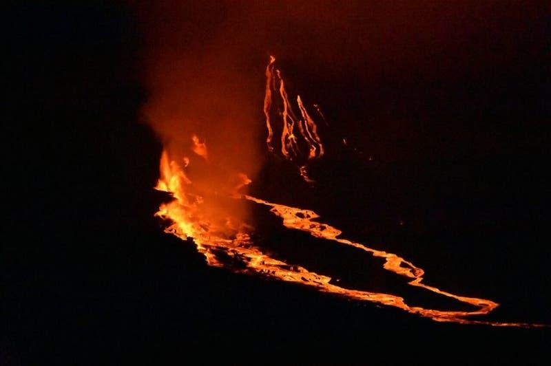 Erupción de volcán en Galápagos obliga a evacuar habitantes de isla Isabela