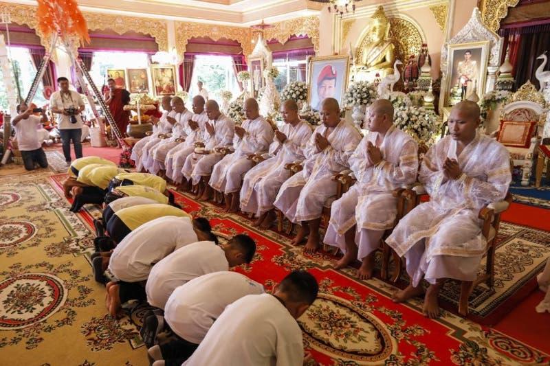 [FOTOS] Los doce niños rescatados de la cueva en Tailandia participan en una ceremonia budista