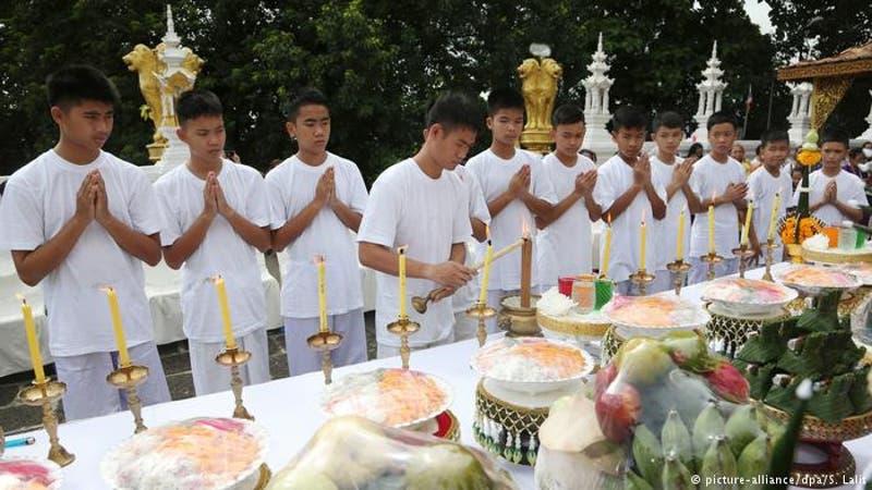 Niños tailandeses rescatados ingresan a monasterio budista