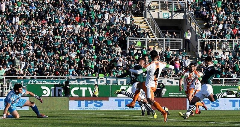 Hincha de Santiago Wanderers propone matrimonio en el Estadio Elías Figueroa