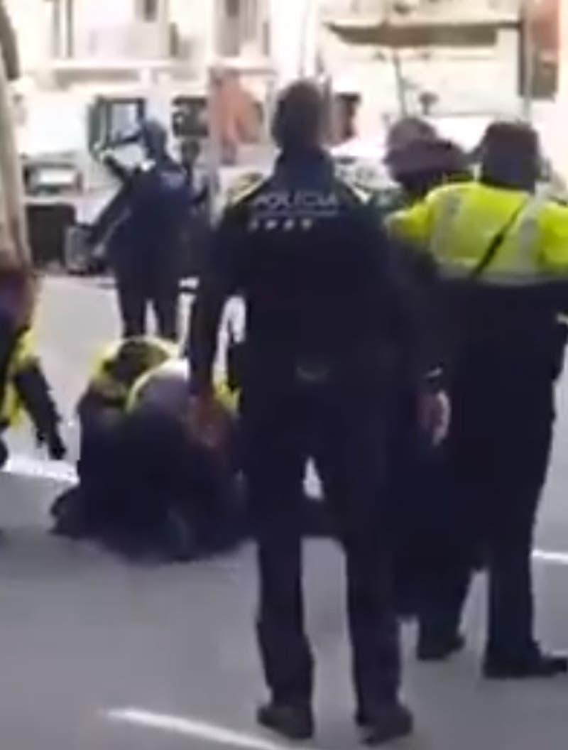 Policía español mató a balazos a un perro que le mordía el brazo