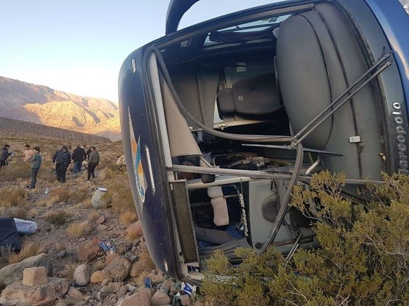 """""""No puedo sacar de mi mente los gritos"""": El relato de un pasajero del bus accidentado en Argentina"""