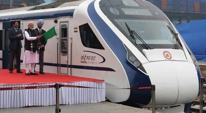 Inauguran tren de alta velocidad pero choca con una vaca un día después de su inauguración en India
