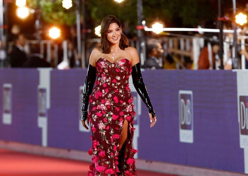 Guantes de látex y flores: la extraña combinación que usó Kel Calderón en la Gala de Viña 2019