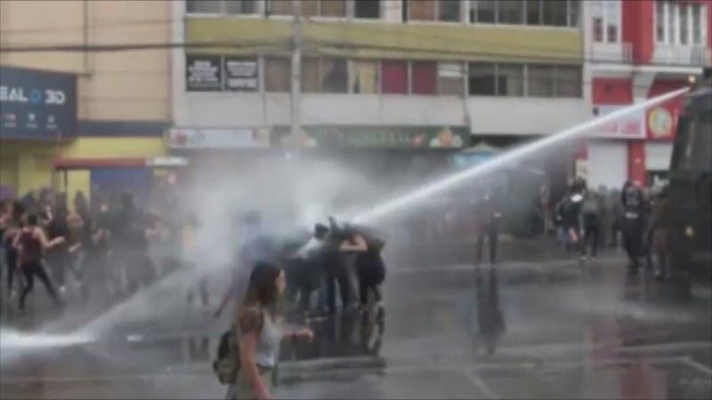 [VIDEO] Universitaria herida por carro lanzaguas