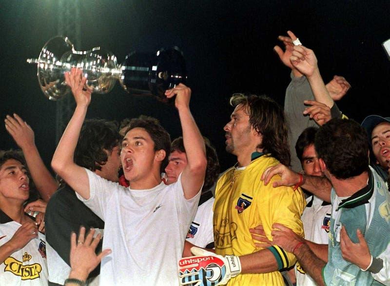 Referencial, plantel de Colo Colo celebra Torneo Nacional de 1997 (AFP)