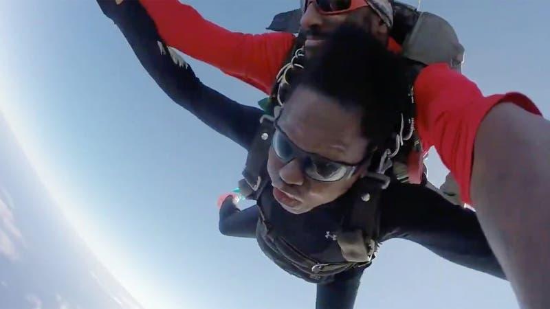 "[VIDEO] Viola Davis salta en paracaídas por primera vez: ""Agradezco no usar peluca"""
