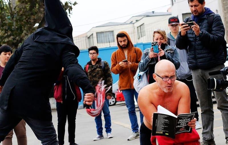 Mauricio del Pino protesta afuera del Duoc con 106 latigazos