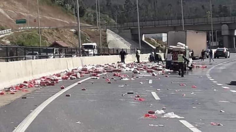Camión que trasladaba cervezas volcó su carga en plena autopista