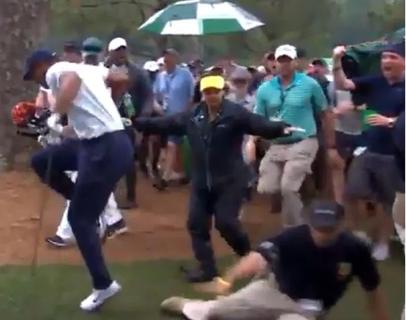 [VIDEO] Tiger Woods estuvo a punto de sufrir lesión tras equivocación de guardia de seguridad