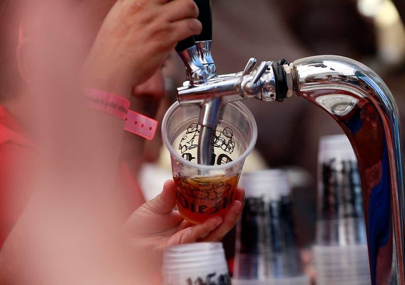Proponen vender cerveza sin refrigerar para combatir el alcoholismo