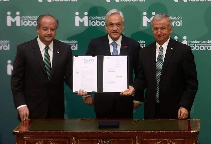 Sebastián Piñera firma proyecto de modernización laboral