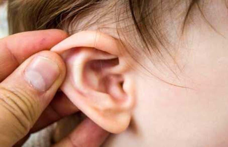 Niño acude al médico por una garrapata en el oído