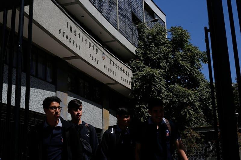 """Concejales de Santiago presentan recurso a Contraloría por """"revisión de mochilas"""""""