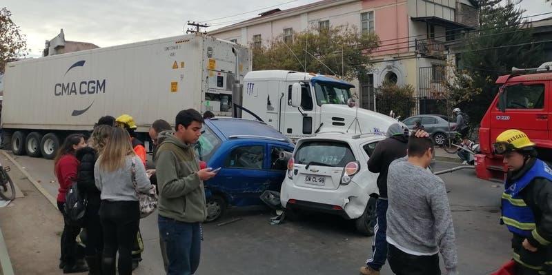 Al menos siete vehículos involucrados en colisión múltiple en Santiago centro