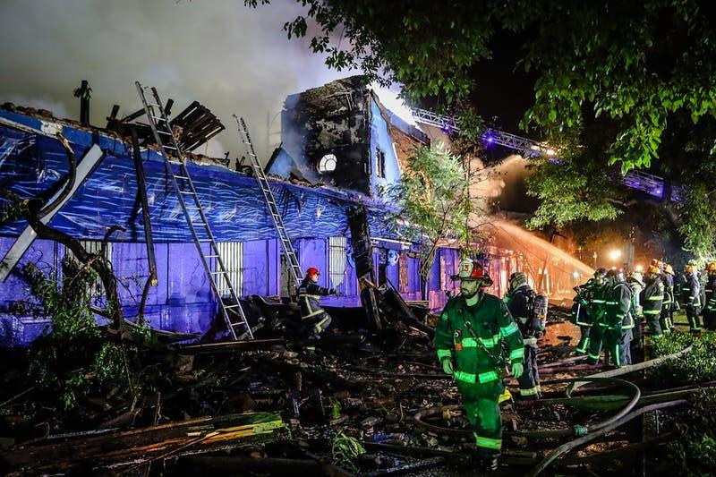 Incendio destruye Ocean Pacific's, el restaurante con forma de barco en Santiago centro