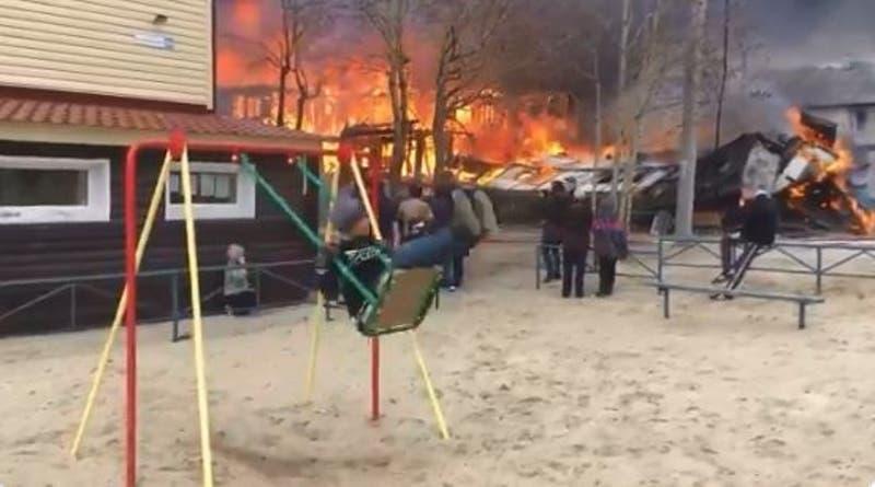 [VIDEO] La historia detrás del niño grabado columpiándose tranquilamente en medio de un incendio
