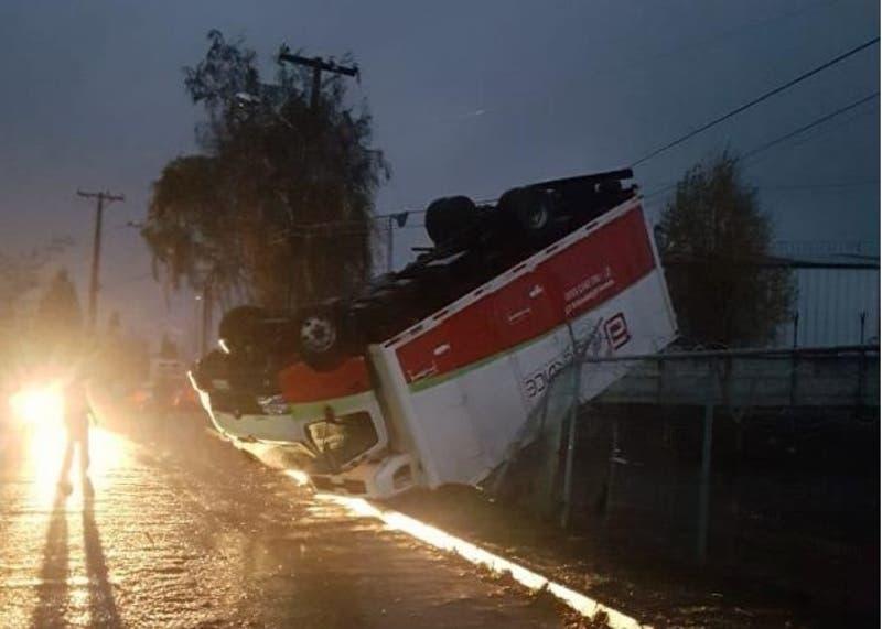 Volcamiento de autos y caída de postes: las consecuencias del brutal tornado en Los Ángeles