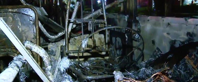 Bus de transantiago resultó quemado tras marcha en contra del proyecto Aula Segura