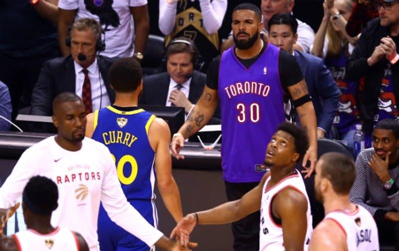 [VIDEO] La provocación de polémico rapero Drake a Stephen Curry en inicio de las finales de la NBA