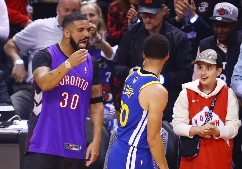 Drake se encara con estrellas de los Warrios en el primer partido de las finales de NBA