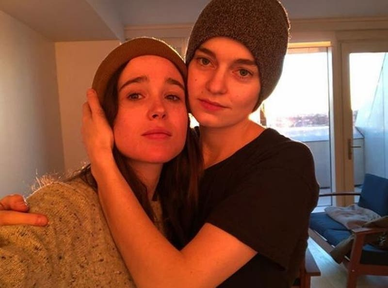 Ellen Page celebra Mes del Orgullo LGBT con foto junto a su esposa en topless