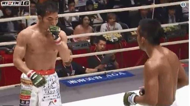 [VIDEO] Luchador de artes marciales mixtas pierde tres dientes durante pelea y aun así logra ganarla