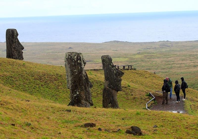 """Experta de Museo Británico en Rapa Nui: """"Empezamos a entender el significado del moái aquí"""""""