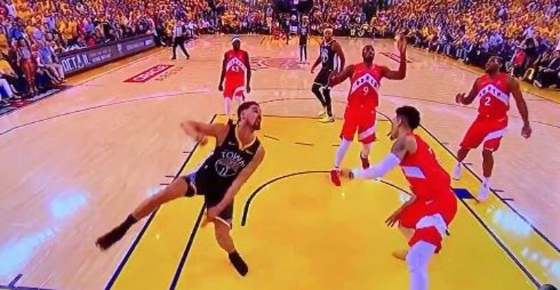 [VIDEO] Jugador de la NBA sorprende volviendo a la cancha tras fuerte lesión en su rodilla