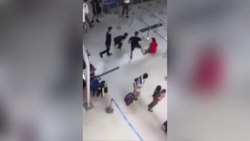 [VIDEO] Hombre borracho patea a azafata luego que se negara a tomarse una selfie