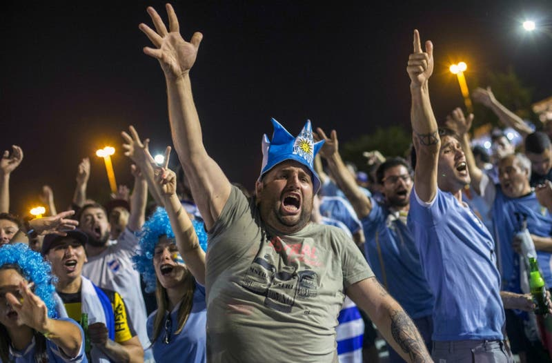 """""""¡El pisco es peruano!"""": El canto de los hinchas uruguayos a los chilenos en Copa América"""