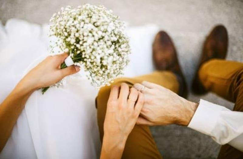 52 parejas celebran su matrimonio en medio del eclipse total de sol