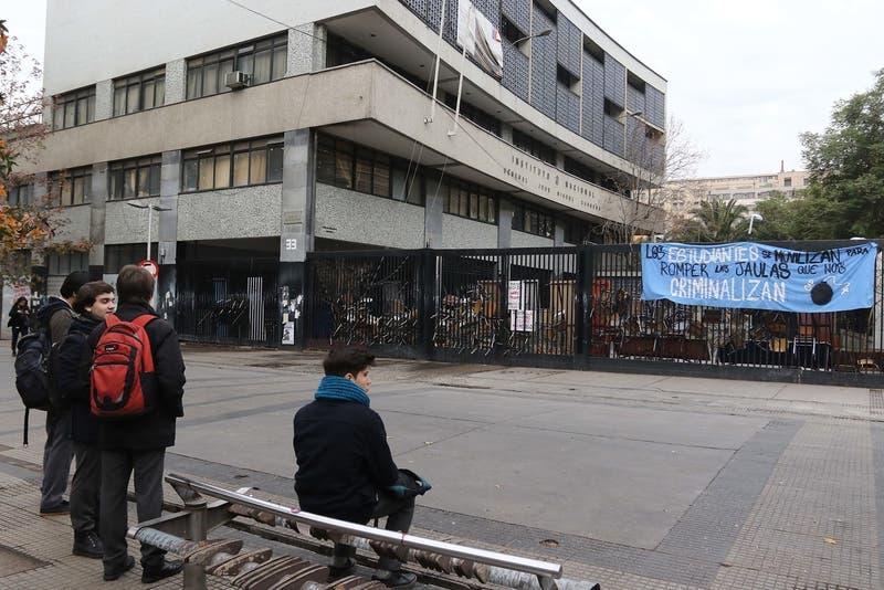 Padres del Instituto Nacional molestos por el posible cierre