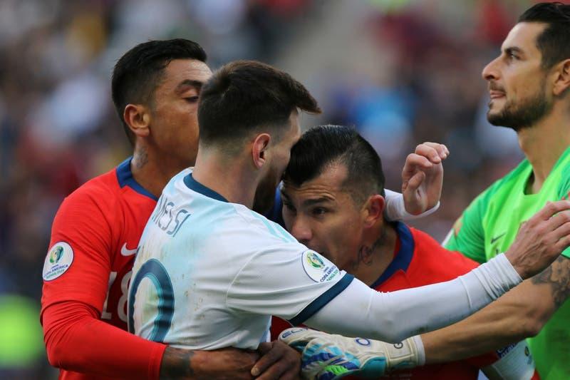 La sanción que arriesgan Gary Medel y Lionel Messi tras expulsión en Copa América