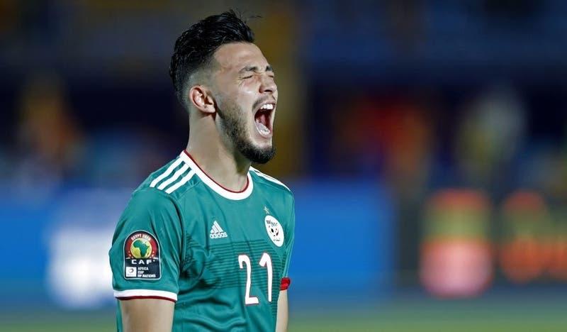 """[VIDEO] A lo """"velociraptor"""": Captan a jugador argelino agrediéndose a sí mismo en la Copa de África"""