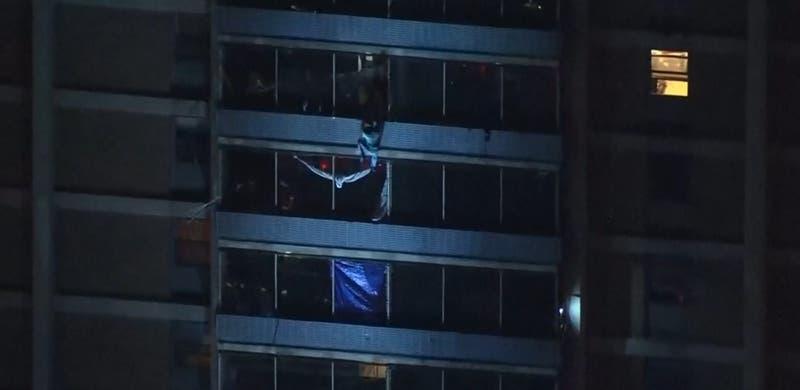 """Hombre escapa """"a lo Spider-Man"""" desde edificio en llamas en Estados Unidos"""