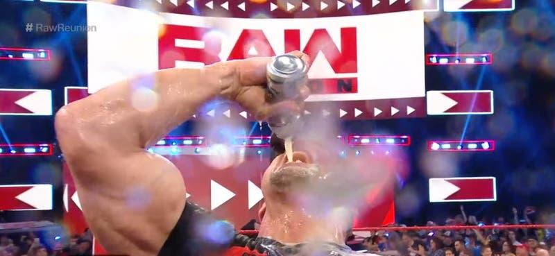 Stone Cold llenó de cerveza el ring de WWE en su regreso