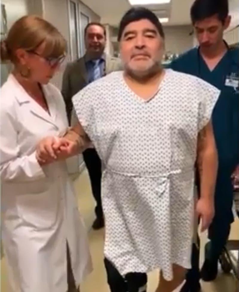"""[VIDEO] """"Volví a caminar como cuando tenía 15 años"""": Maradona reaparece tras cirugía en su rodilla"""