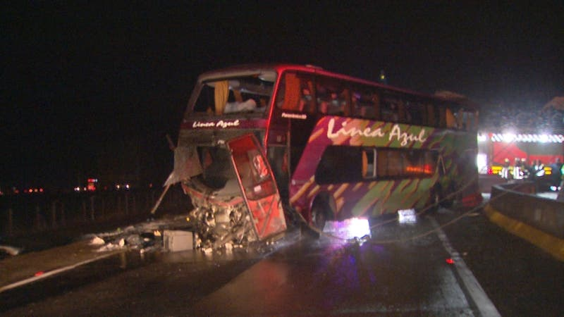 "[VIDEO] Seis pasajeros mueren tras volcamiento de bus de empresa ""Línea Azul"""