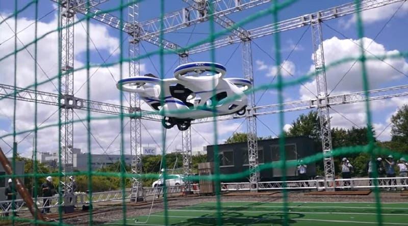 Japón muestra su auto volador flotando a tres metros de altura