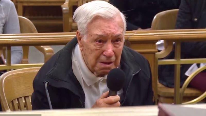 [VIDEO] Juez perdona a anciano de 96 años que iba a exceso de velocidad tras emotiva defensa