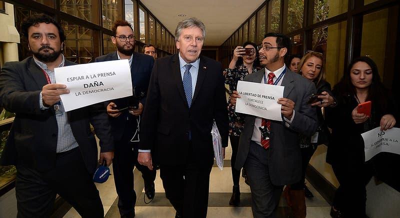 """""""Espiar a la prensa daña la democracia"""": La protesta que sorprendió al ministro de Defensa"""