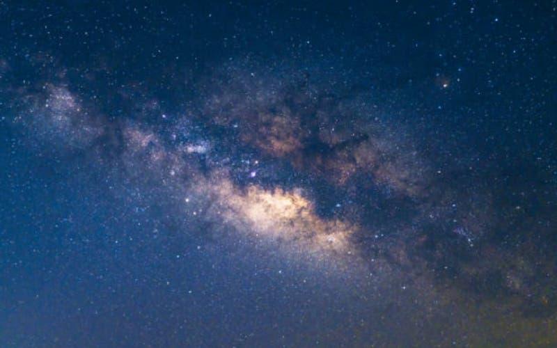 Descubren destellos de luz en el agujero negro de nuestra galaxia