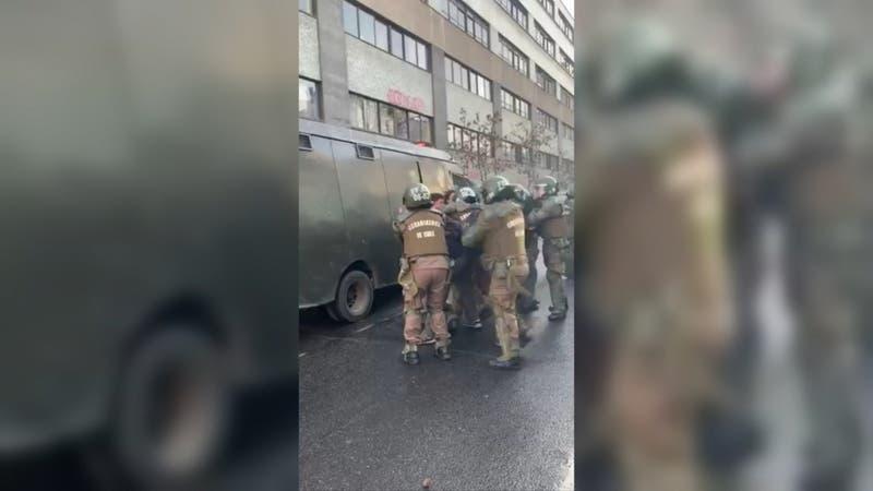 Alumnos del Instituto Nacional denuncian uso de gas pimienta por parte de Carabineros