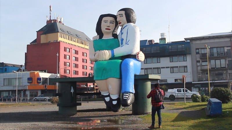 """Puerto Montt comienza a definir el futuro de su icónica escultura """"Sentados frente al mar"""""""